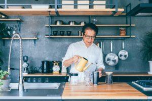 コーヒーを入れる男性