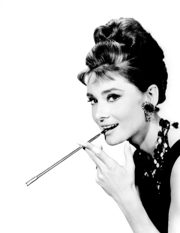 たばこを吸っている女性