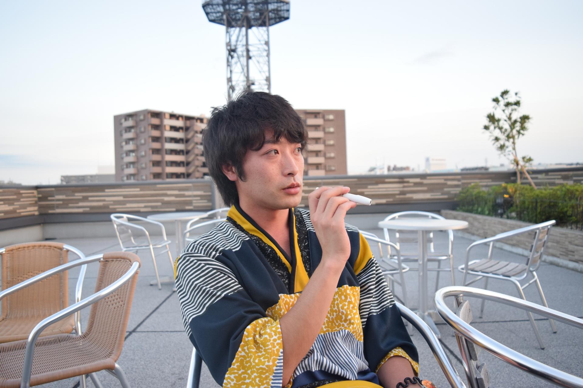 電子タバコを吸っている男性